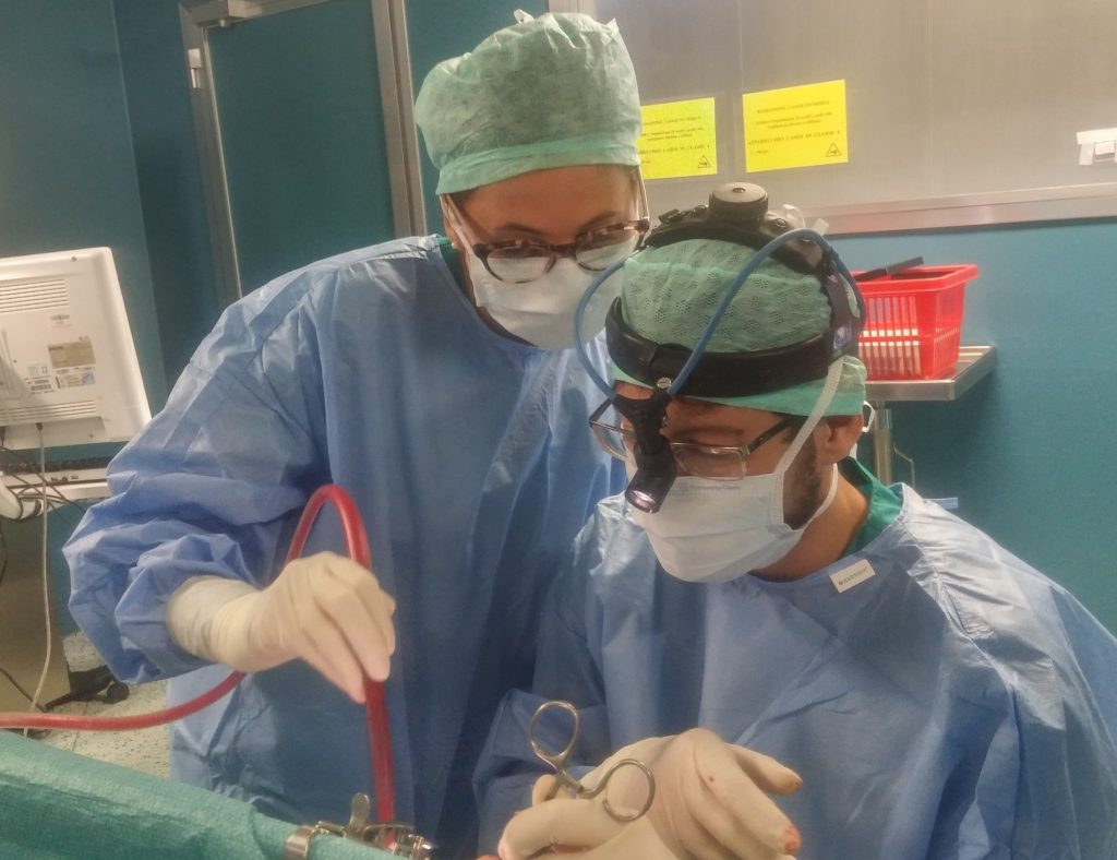 Dott Francesco Pilolli durante intervento di adenotonsillectomia